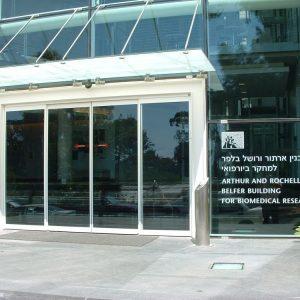 דלת כניסה אוטומטית מזכוכית