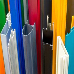 מגוון פרופילים ומבחר צבעים של אלומיניום