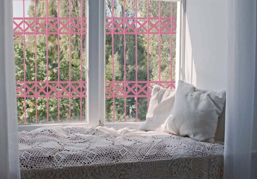 סורג לחלון בצבע ורוד