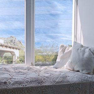 סורג שקוף בחדר שינה