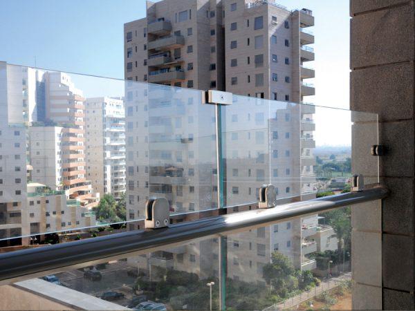 הגבהת מעקה זכוכית