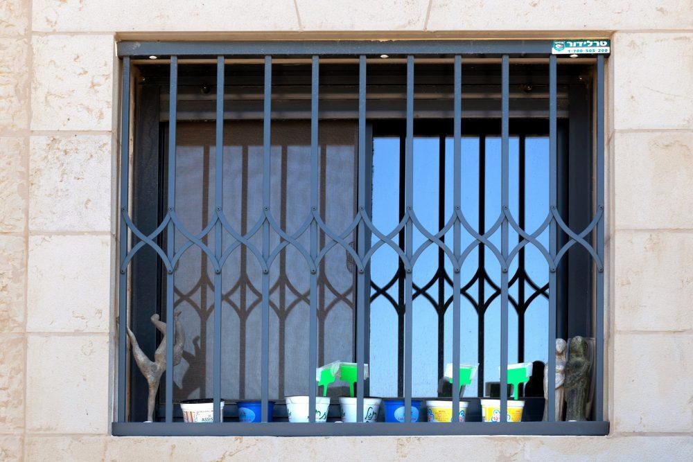 סורג בצבע כחול לחלון
