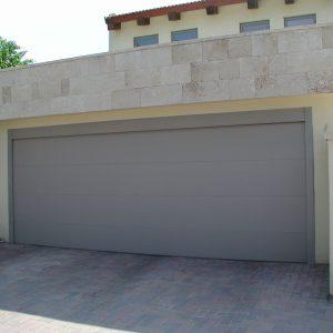דלת מוסך ביתית מתרוממת