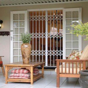 דלת סורגים מתקפלים למרפסת