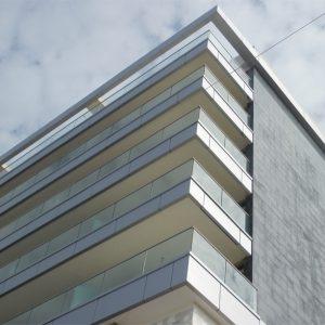 מעקות למרפסת בניין